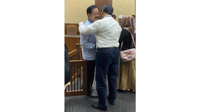 Soerya Respationo memeluk Nurdin Basirun di Pengadilan Negeri Tipikor, Jakarta Pusat, Selasa (25/2/2020)