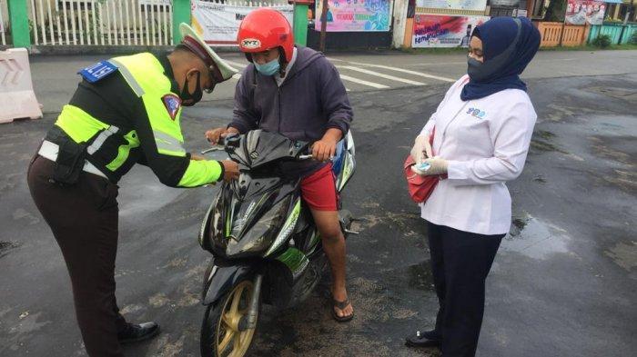 PAJAK ANAMBAS - Satlantas Polres Anambas dan perwakilan Samsat Anambas saat sosialisasi serta pemasangan stiker wajib pajak di kendaraan bermotor yang melintas, Rabu (25/11) kemarin.