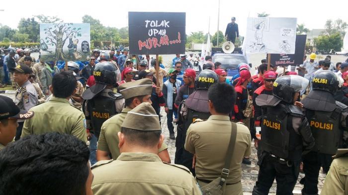 BREAKING NEWS: Minta Bertemu Bupati, Buruh FSPMI yang Unjuk Rasa 'Usir' Kadisnaker Karimun