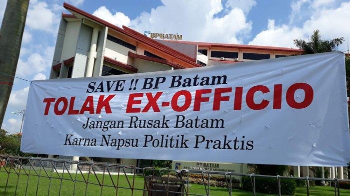 Spanduk Tolak Ex Officio Bertebaran di Batam, Simak 7 Fakta Dibaliknya! - spanduk-berisi-penolakan-ex-officio-terpasang.jpg