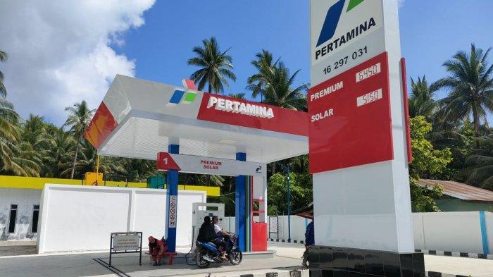 Warga Natuna saat mengisi BBM di SPBU Kecamatan Midai, Senin (12/3/2021).