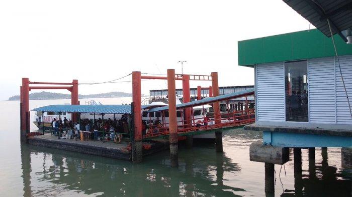 Suasana penumpang pelabuhan sri bintan pura di Tanjungpinang saat libur long weekend, Minggu (1/4/2018)