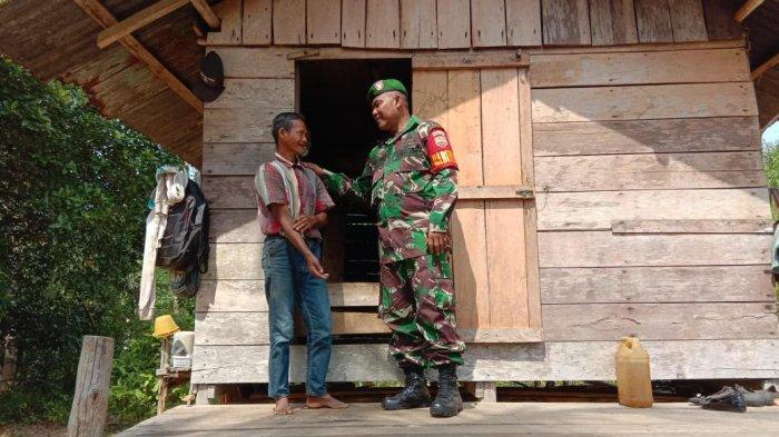 Plh Danramil 02 Tarempa Peltu Amrul Rafi'i Nasution Pakai Baju Loreng Datangi Rumah Warga, Ada Apa?