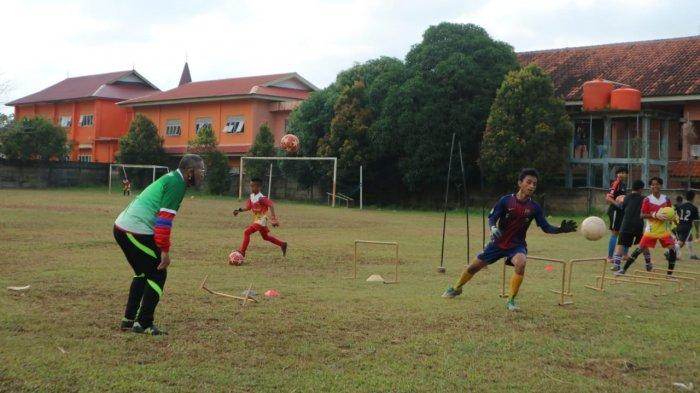 Para pemain SSB Bida Taruna Batam saat sedang berlatih. Pembinaan pemain usia muda di Batam terus menjadi perhatian insan sepak bola.
