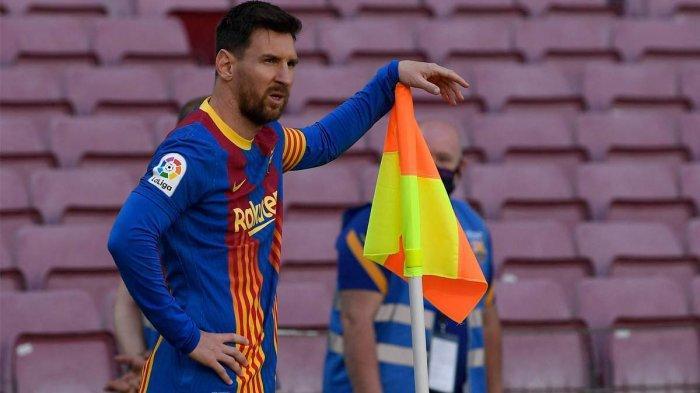 Striker Barcelona asal Argentina Lionel Messi berdiri di tiang sudut lapangan dalam pertandingan melawan Atletico Madrid di Camp Nou, Barcelona, Sabtu (8/5/2021) malam WIB. Pertandingan ini berakhir imbang 0-0.