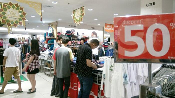 Suasana berbelanja di Matahari Departement Store Nagoya Hill