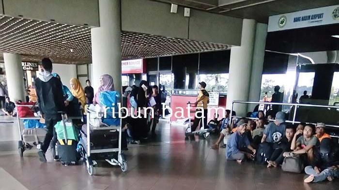 Tempat Duduk di Teras Bandara Hang Nadim Minim, Pengunjung Terpaksa Berdiri atau Duduk di Lantai