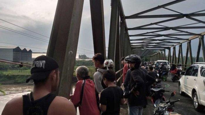 Warga dan petugas kepolisian mengevakuasi DS (20), ibu rumah tangga yang mencoba bunuh diri dengan meloncat dari atas jembatan Sungai Klawing, Purbalingga, Jawa Tengah, Rabu (7/4/2021)
