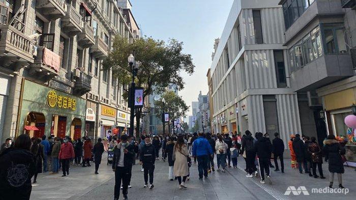 Suasana keramaian di pusat perbelanjaan kota Wuhan, Minggu (20/12/2020) lalu