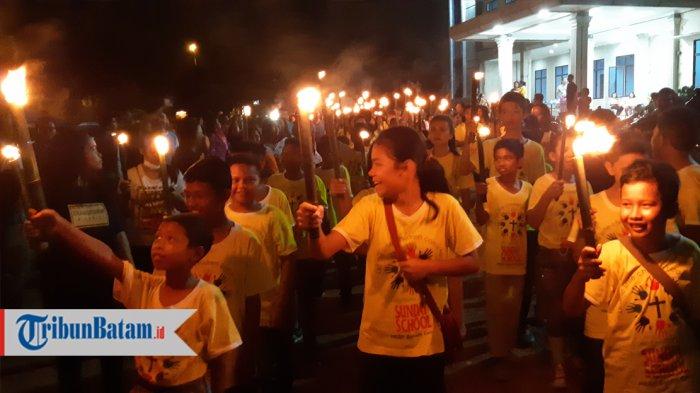 SAMBUT PASKAH - Suasana Pawai Obor HKBP Batam Center Dalam Menyambut Paskah, Sabtu (31/3).