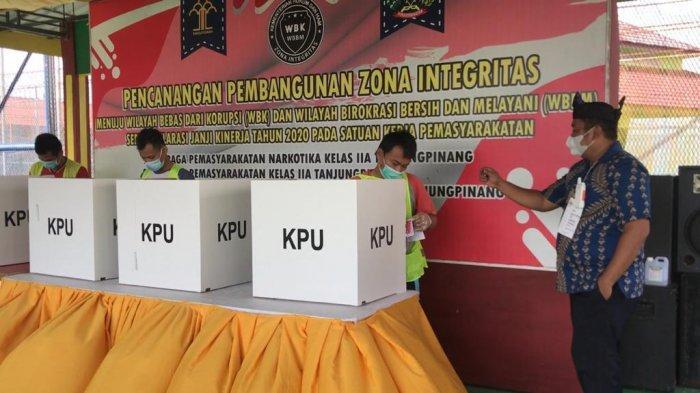 Suasana Pilkada Kepri di Bintan yang berlangsung di lapas narkotika kelas llA Tanjungpinang. Sejumlah warga binaan persmayarakatan ( WBP ) melakukan pencoblosan, Rabu (9/12/2020).