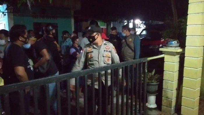Suasana saat aparat dan warga berkerumun melihat warga Bintan korban gantung diri