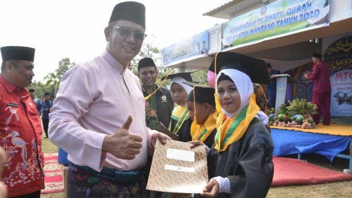 Buka MTQ Mantang di Bintan dan Wisuda 56 Santri, Apri Sujadi: Yuk, Cintai Al Quran