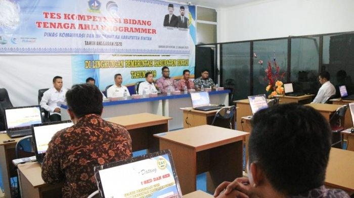 Suasana saat peserta melaksanakan uji tes kompetensi bidang tenaga ahli programmer untuk Diskominfo Bintan, Kamis (23/1/2020)