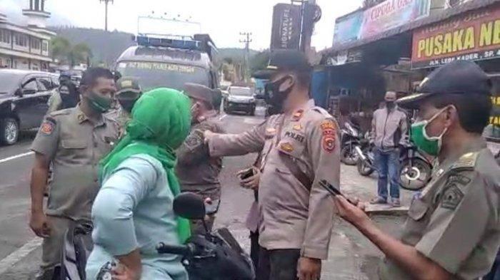 Suasana saat seorang perempuan di Aceh Tengah melawan petugas kepolisian dan Satpol PP saat razia protokol kesehatan.