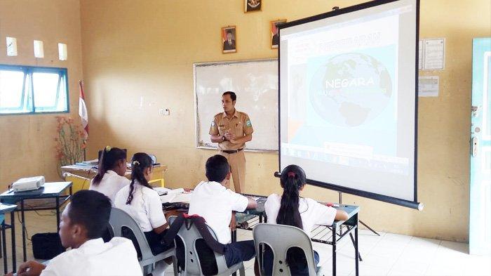 Jauh dari Kondisi Layak, Bigini Cara Sudiarto Sadarkan Pentingnya Pendidikan di Desa Suku Laut