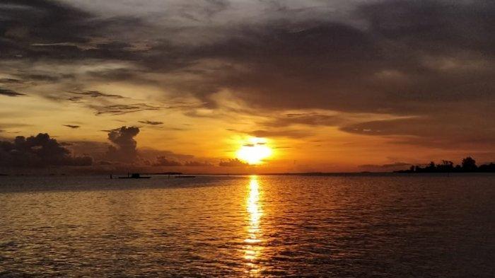 Saksikan Sunset di Pantai Tanjung Siambang Sembari Menikmati Bentangan Laut yang Indah