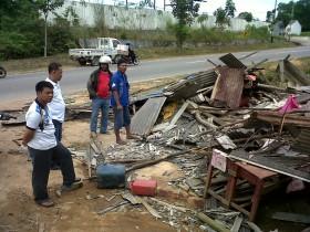 Lagi Ramai Orang Duduk Santai di Warung Tiba-tiba Ditubruk Dump Truck