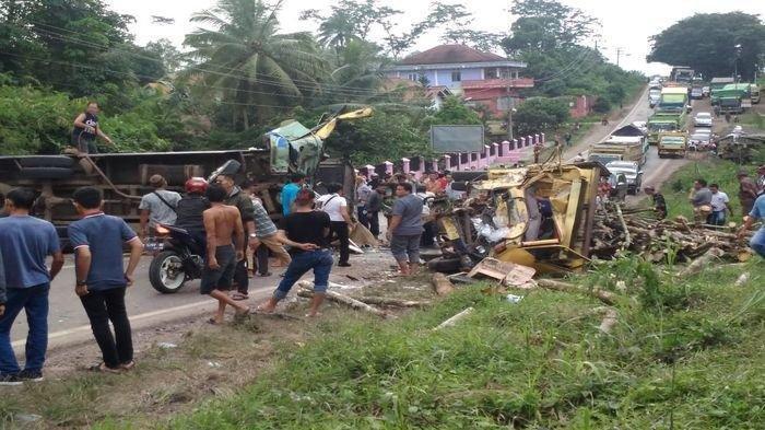 BREAKING NEWS. Tabrakan Maut 'Adu Kambing' Bus dan Truk Kayu Bakar di Sumsel