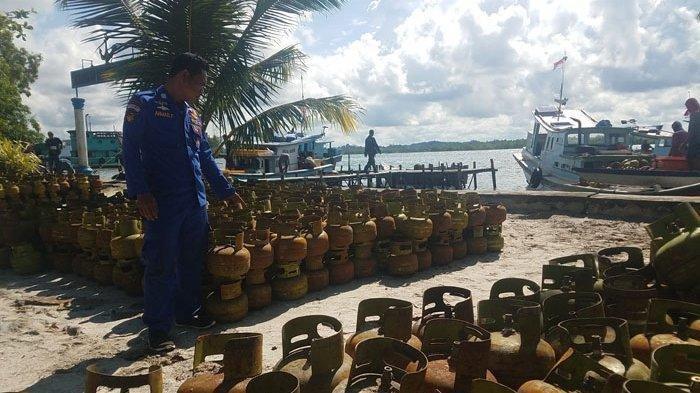Ribuan tabung GAS LPG saat dievakuasi oleh petugas di Pos TNI AL Tanjungpandan, Selasa (17/12/2019)