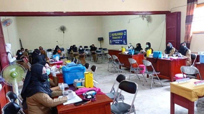 Vaksinasi Covid-19 kepada tenaga pendidik Sekolah Dasar Kecamatan Singkep di Korwil Singkep oleh Vaksinator dari Tenaga Medis UPT Puskesmas Dabo, Senin (29/3/2021).