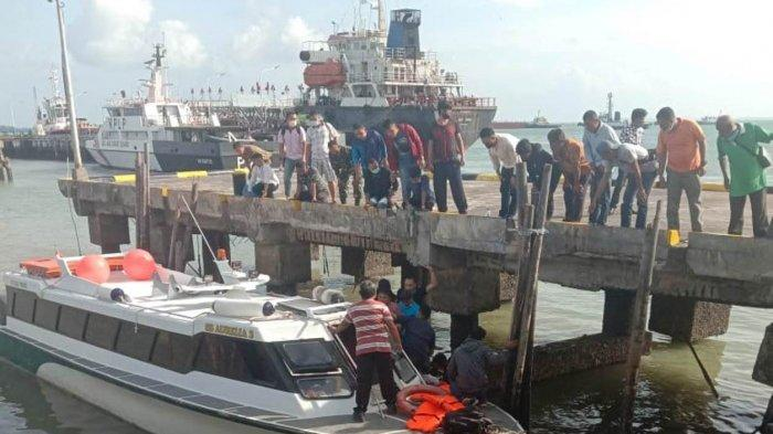 Warga dibantu petugas menolong calon penumpang yang terjatuh ke laut akibat tangga Pelabuhan Bulang Linggi, Kecamatan Bintan Utara, Kabupaten Bintan, Provinsi Kepri ambruk, Jumat (29/1/2021).