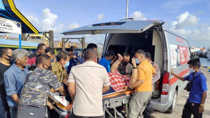 Calon penumpang kapal tujuan Batam dibawa ke mobil ambulans. Mereka menjadi korban setelah tangga Pelabuhan Bulang Linggi, Kecamatan Bintan Utara, Kabupaten Bintan, Provinsi Kepri ambruk, Jumat (29/1/2021).