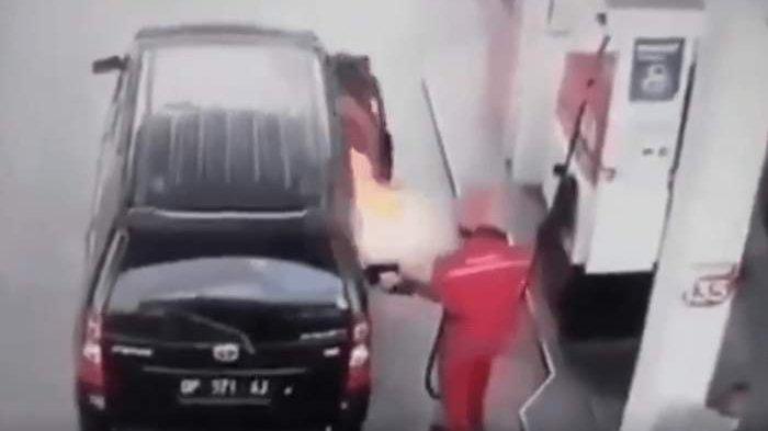 Terekam CCTV, Begini Detik-detik Sopir Jauhkan Toyota Avanza yang Meledak saat Isi Bensin