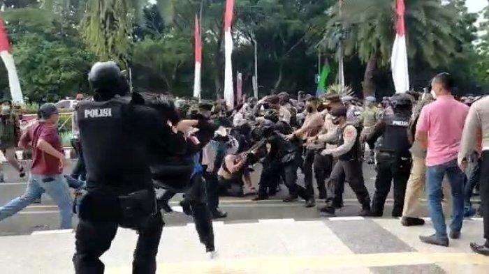 Bentrok Unjuk Rasa, Mahasiswa Diangkat dan Dibanting Polisi Layaknya 'Smackdown'