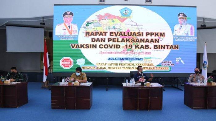 COVID-19 BINTAN - Rapat evaluasi PPKM dan Pelaksanaan Covid 19 di Aula Kantor Bupati Bintan, Senin (21/6).