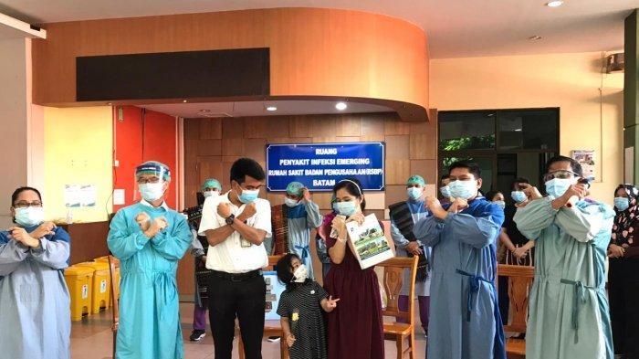 Sepasang ibu dan anak pasien Covid-19 dinyatakan sembuh dan dipulangkan dari RSBP Batam, Kamis (11/6/2020). Mereka disambut tarian Tortor khas Batak.