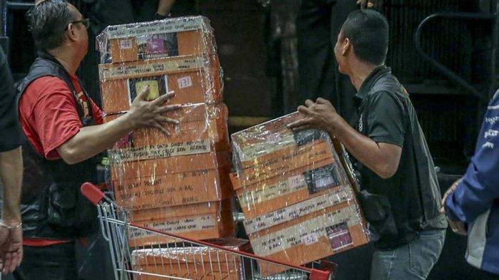 Polisi Angkut 72 Tas Berisi Uang dan Perhiasan Serta Ratusan Tas Mewah dari Kondo Istri Najib
