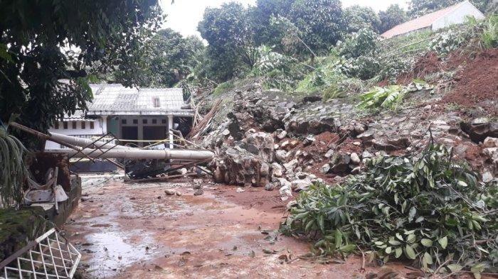 Warga Bogor Utara ini Rela Rumahnya Dirobohkan untuk Mempermudah Proses Evakuasi