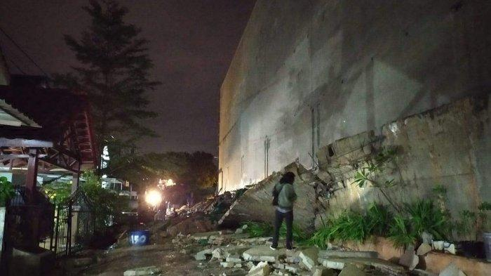 Warga Sebut Umur Tembok Pembatas Pollux Habibie Batam Baru 2 Tahun; Tapi Sudah Roboh