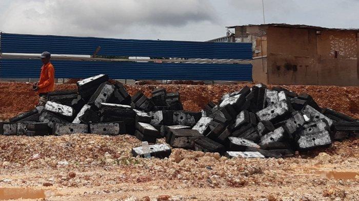 Diduga Mengandung Limbah B3, Warga Hentikan Pemasangan Tembok Batako Proyek ABC di Batuaji