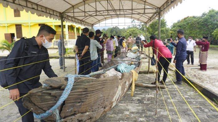 Serah terima Pemkab Lingga oleh Balai Arkeologi Sumatra Utara atas artefak perahu diduga aset cagar budaya di Museum Lingggam Cahaya, Daik, Kabupaten Lingga, Jum'at (3/9).