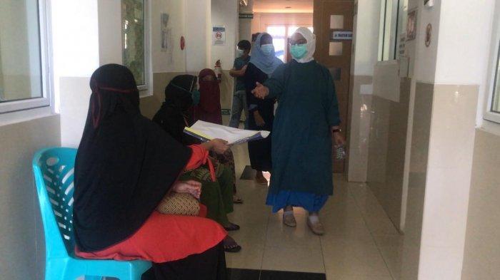 Tenaga kesehatan di Bintan saat melayani masyarakat di RSUD Bintan, Rabu (3/2/2021).