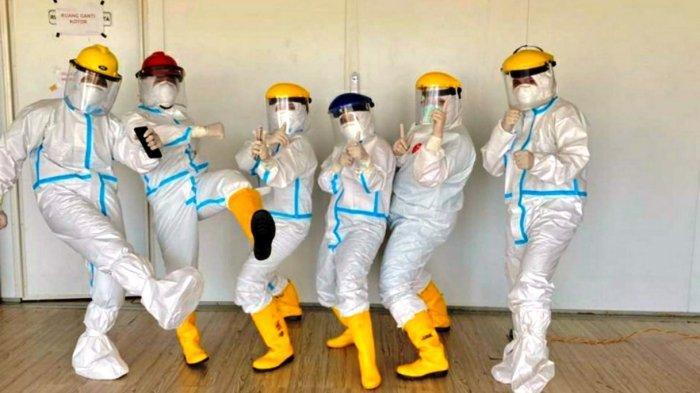 RSKI COVID-19 GALANG - Tenaga kesehatan di RSKI Covid-19 Galang. Rumah sakit rujukan penanganan covid ini memulangkan 20 pasien sembuh corona.