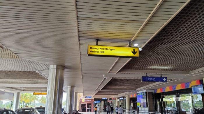 BANDARA HANG NADIM BATAM - Suasana terminal kedatangan Bandara Hang Nadim Batam, Rabu (7/7/2021). Tampak sepi penumpang sejak aturan penerbangan diperketat.
