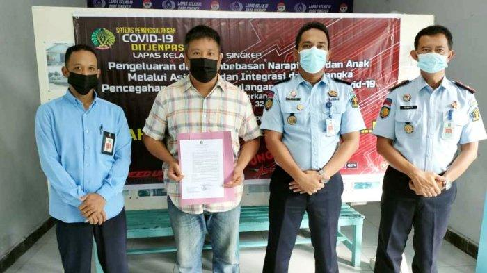 Terpidana pengrusakan dan penganiayaan terhadap abang kandung, Okta Wisnu saat menerima program asimilasi rumah dari Lapas Kelas III Dabo Singkep, Kabupaten Lingga, Senin (26/4/2021).