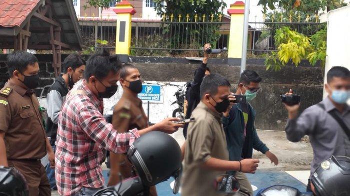 Sempat Mengeluh Sakit, Tersangka Korupsi BPHTB Akhirnya Ditahan Kejari Tanjungpinang. Foto oknum ASN Tersangka Korupsi BPHTB YR Ditahan ke Polres Tanjungpinang, Rabu (24/2/2021).