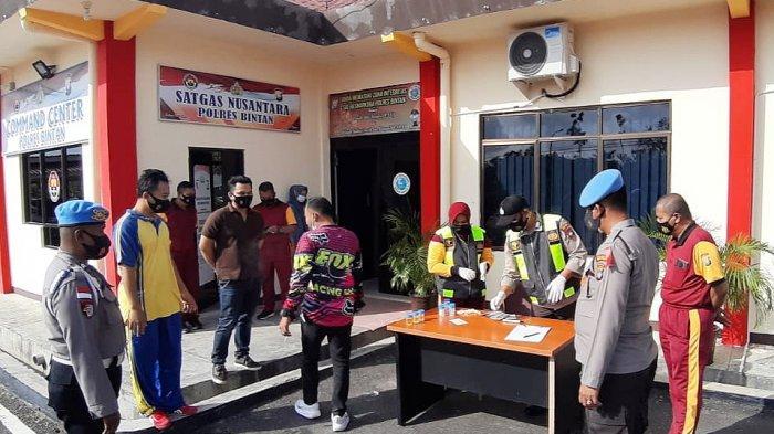 Personel Polres Bintan melaksanakan tes urine di Mapolres Bintan, Sabtu (20/2/2021).