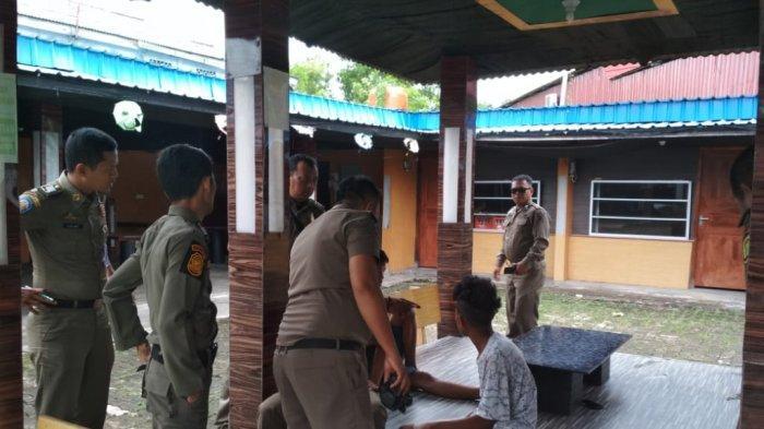Anggota Satpol PP Tanjungpinang mengamankan tiga remaja yang kedapatan ngelem di Batu 8 Atas, Kecamatan Tanjungpinang Timur sekitar pukul 10 pagi.