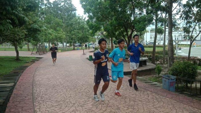 Tim Futsal Kepri latihan fisik di alun-alun Batam Centre, Senin (4/1).