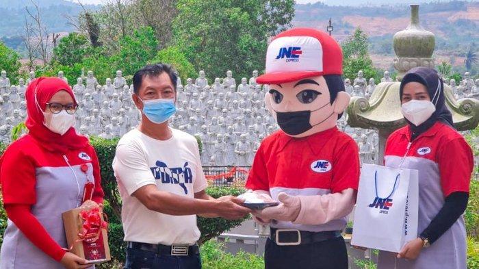 JNE Tanjung Pinang Meriahkan Imlek 2021 dengan 'Angpao'