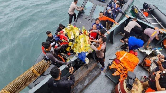 Tim penyelam gabungan dari Ditpolairud, Polda Metro Jaya, Polda Banten dan Pas Pelopor Korps Brimob Polri membantu proses pencarian korban dan tubuh pesawat Sriwijaya Air SJ182 di sekitar Pulau Laki, Kepulauan Seribu, Minggu (10/1/2021).