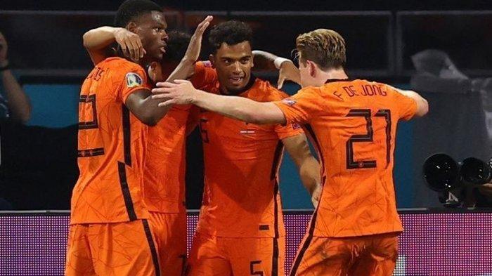 Para pemain Timnas Belanda merayakan gol Denzel Dumfries kontra Austria pada laga Grup C Euro 2020 di Johan Cruyff Arena, Jumat (17/6/2021) dini hari WIB