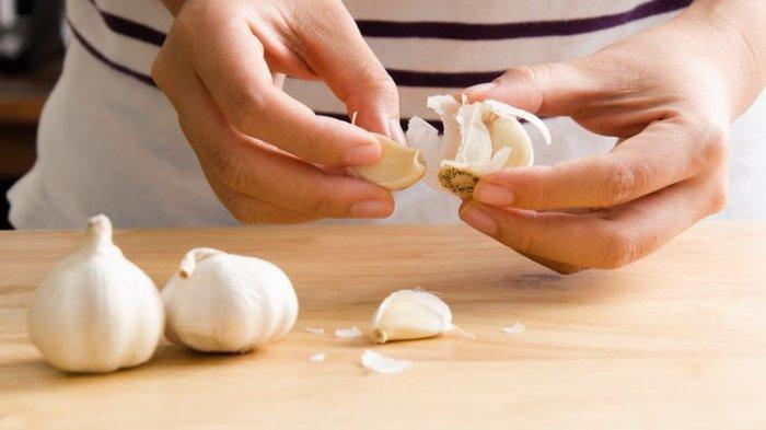 Trik Kupas Bawang Putih ala Chef Hotel, Praktis dan Gak Ribet