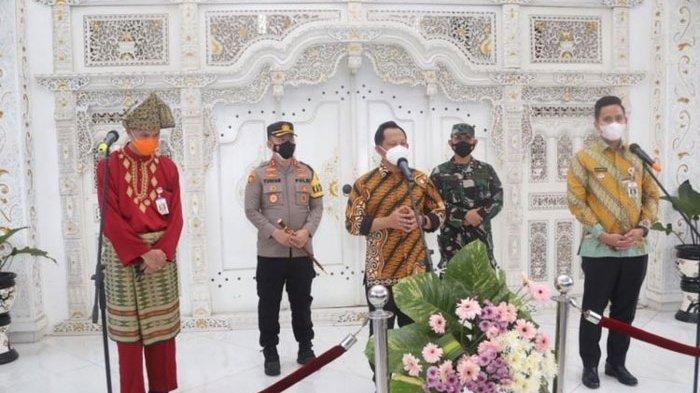 Mendagri Tito Cueki Ganjar Pranowo, Gubernur Jateng Dikira Pria Penerima Tamu