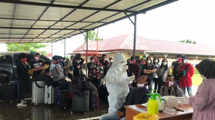 TKI ILEGAL DI BINTAN - Tenaga Kerja Indonesia atau TKI yang diamankan Polres Bintan saat menjalani rapid tes antigen oleh pihak Puskesmas Sri Bintan, Selasa (29/6/2021).